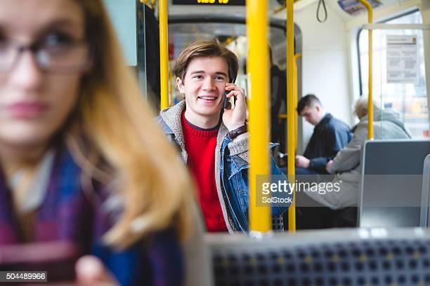 Parla al telefono sul treno