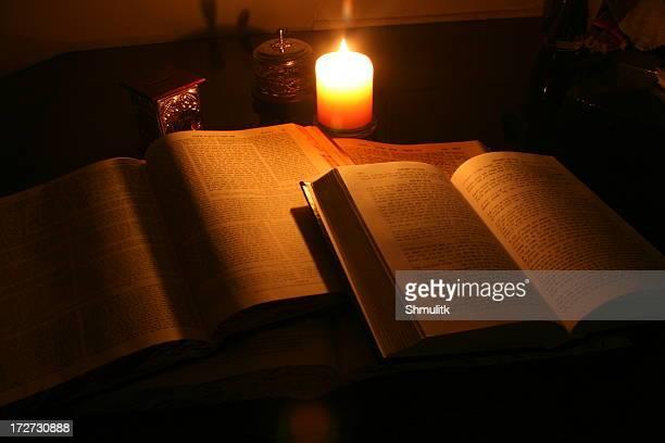 Talmud bei Kerzenlicht