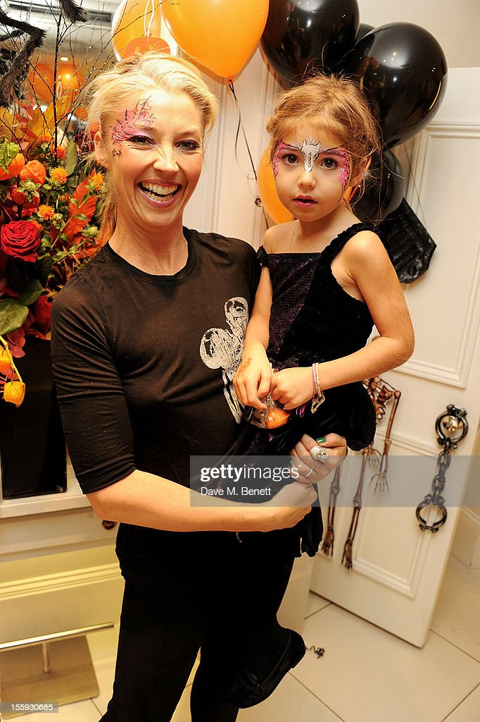 <a gi-track='captionPersonalityLinkClicked' href=/galleries/search?phrase=Tamara+Beckwith&family=editorial&specificpeople=201578 ng-click='$event.stopPropagation()'>Tamara Beckwith</a> (L) and daughter Violet attend the launch of Dubble Trubble by celebrity hair colourist and organic beauty pioneer Daniel Galvin Jr of Galvin & Galvin, in aid of The Prince's Trust, on October 31, 2012 in London, England.