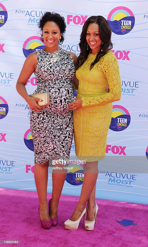 Tamera Mowry and Tia Mowry arrive at the 2012 Teen Choice Awards at Gibson Amphitheatre on July 22, 2012 in Universal City, California.