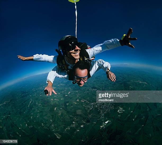 Tandem unter den Skydivern auf Erden