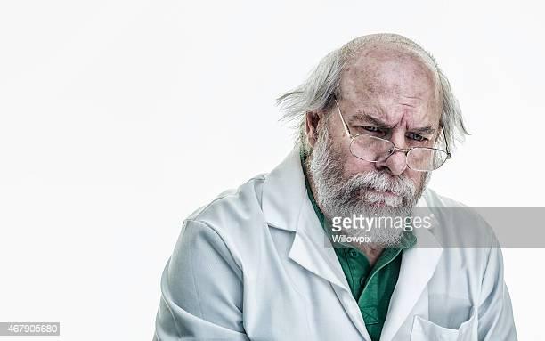 Cheveux ébouriffés scientifique dans une bulle de pensée
