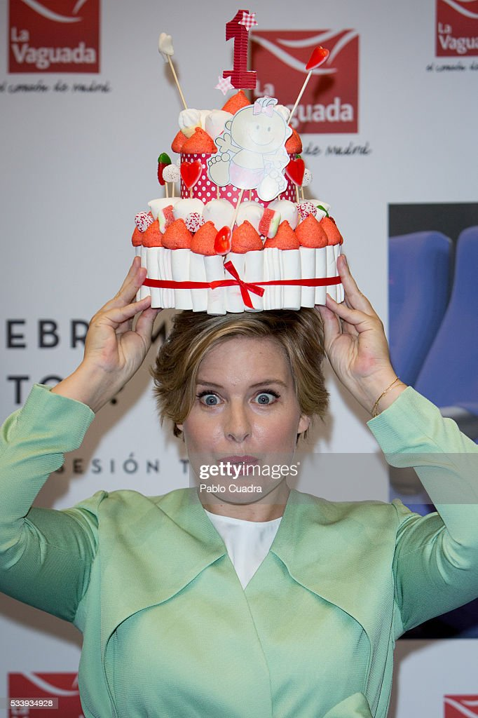 <a gi-track='captionPersonalityLinkClicked' href=/galleries/search?phrase=Tania+Llasera&family=editorial&specificpeople=6514625 ng-click='$event.stopPropagation()'>Tania Llasera</a> holds a cake over her head during the photocall to present 'Sesion Teta' at La Vaguada Cinema on May 24, 2016 in Madrid, Spain.