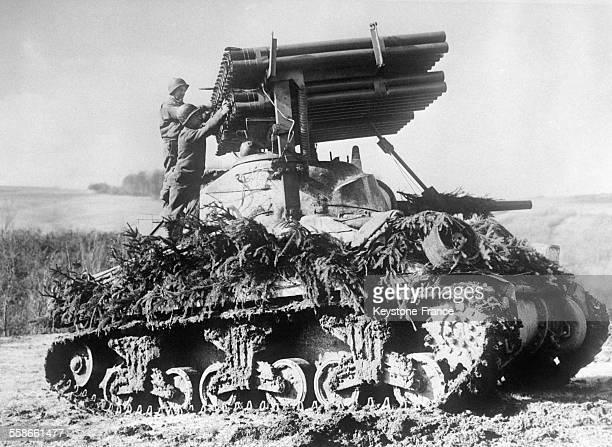 Tank américain muni de lanceroquettes perfectionnées pour tir de barrage chaque fusée précédant la suivante d'une demiseconde circa 1940