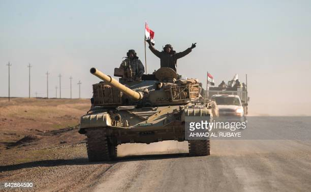 Tanks and armoured vehicles of the Iraqi forces supported by the Hashed alShaabi paramilitaries advance towards the village of Sheikh Younis south of...