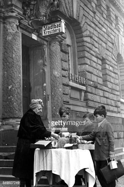 Tante Lieschen und ihr Süssigkeitenstand vor dem Baerwaldbad in Kreuzberg