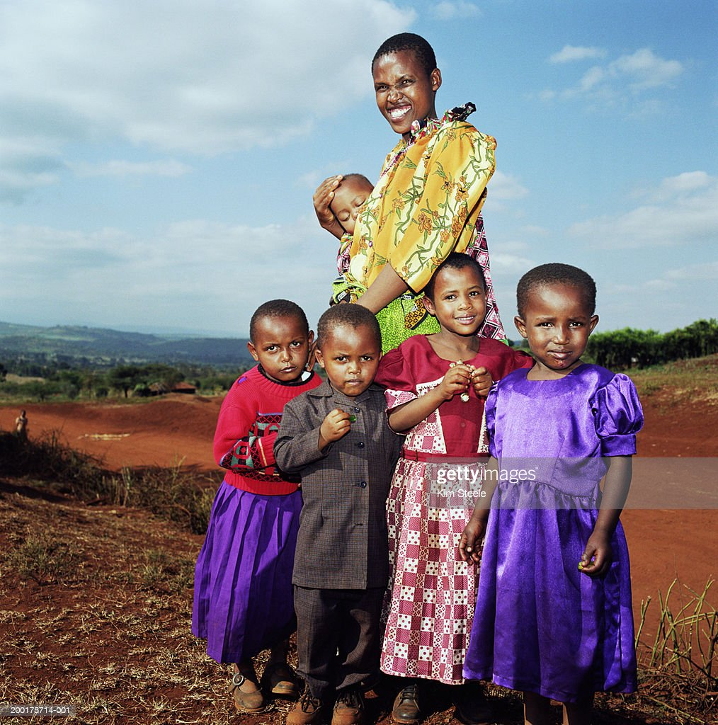 Tanzania, Karatu, mother with five children (12 months-7), portrait