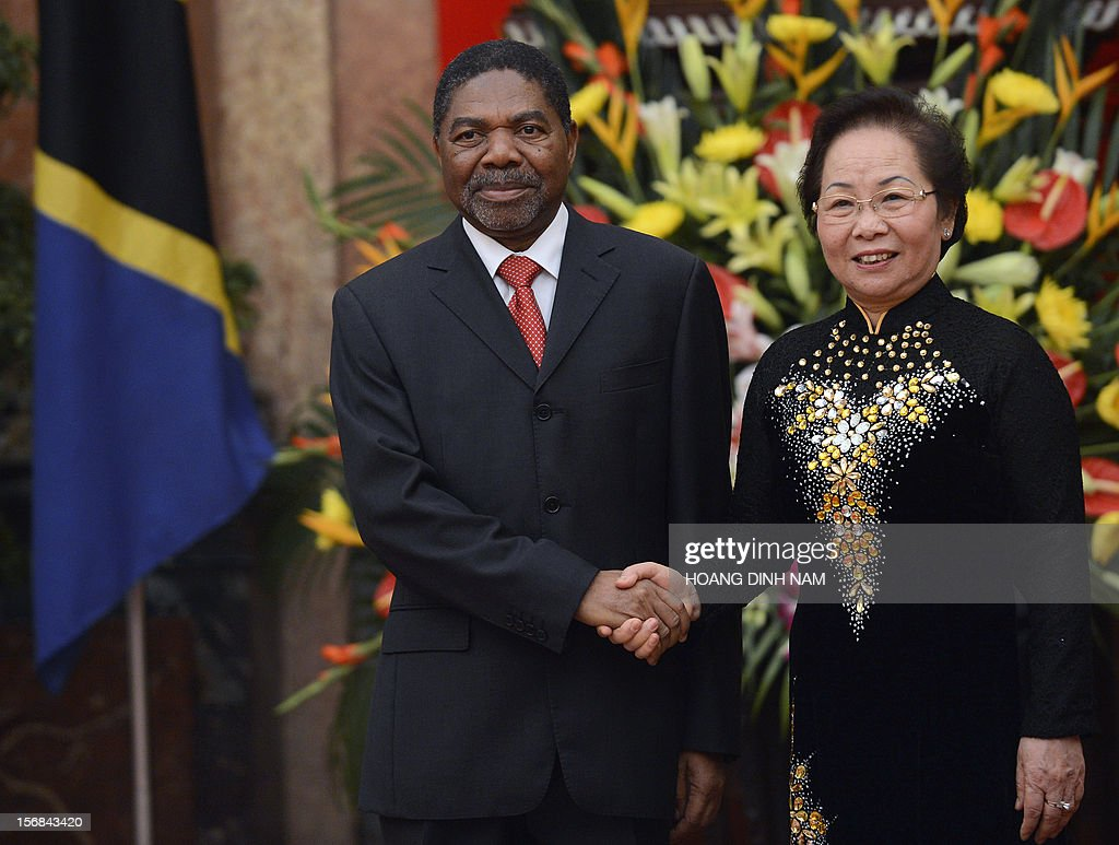 Tanzania's Vice President Ali Mohamed Shein (L) and his Vietnamese counterpart Nguyen Thi Doan shake hands at the presidential palace during a welcoming ceremony in Hanoi on November 23, 2012. The Tanzanian vice president is on a two-day official visit aimed at boosting bilateral ties. AFP PHOTO / HOANG DINH Nam