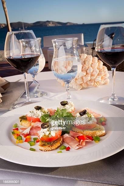 Tapas und Rotwein