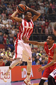 Tarence Kinsey #1 of Crvena Zvezda Telekom Belgrade competes with James White #4 of Cedevita Zagreb during the Turkish Airlines Euroleague Basketball...