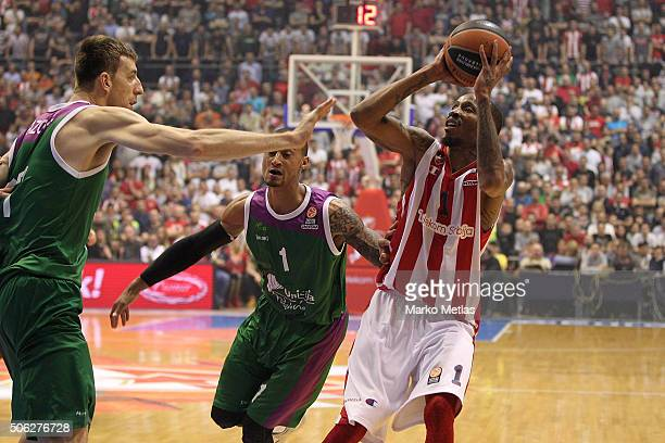 Tarence Kinsey #1 of Crvena Zvezda Telekom Belgrade competes with Fran Vazquez #17 of Unicaja Malaga during the Turkish Airlines Euroleague...