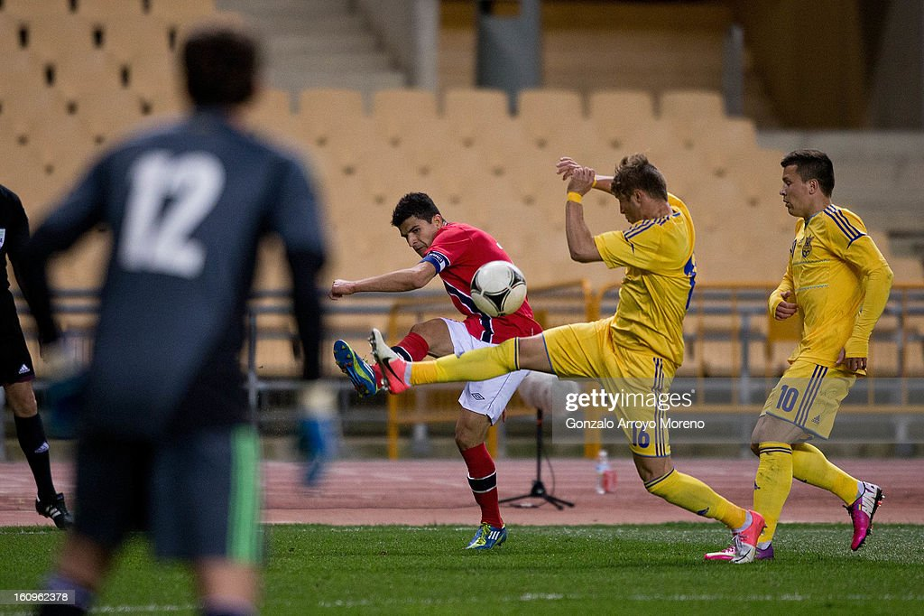 Tarik Elyounoussi (L) of Norway competes for the ball with Vitaliy Mandzuk (2ndR) of Ukraine and his teammates Yevgen Komoplyanka (R) and goalkeeper <a gi-track='captionPersonalityLinkClicked' href=/galleries/search?phrase=Andriy+Pyatov&family=editorial&specificpeople=541019 ng-click='$event.stopPropagation()'>Andriy Pyatov</a> (L) during the international friendly football match between Norway and Ukraine at Estadio Olimpico de Sevilla on February 6, 2013 in Seville, Spain.