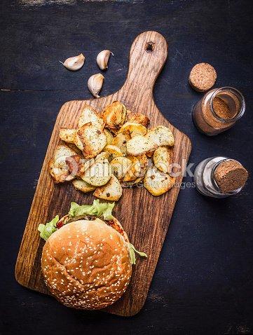 Leckere Burger Schneidebrett Kartoffelecken Holz Rustikal