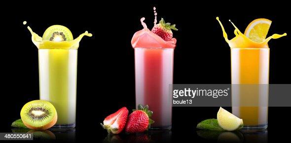 Platos de frutas de verano bebidas con salpicaduras de vidrio : Foto de stock