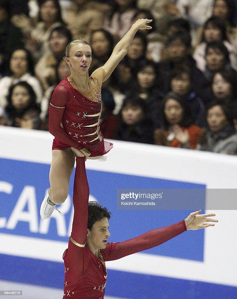 Tatiana Totmianina and Maxim Marinin of Russia skate during the Grand Prix of Figure Skating Final 2005/2006, Pairs Free Skating at Yoyogi National Gymnasium on December 17, 2005 in Tokyo, Japan.