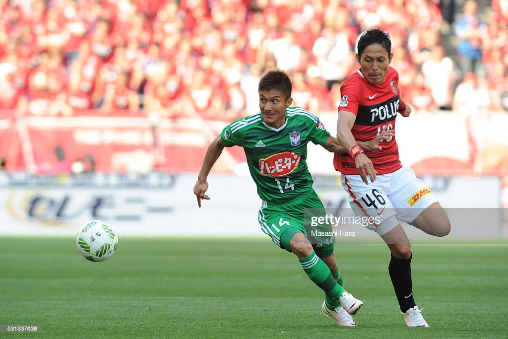 Tatsuya Tanaka #14 of Albirex Nigata and Ryota Moriwaki #46 of Urawa Red Diamonds competebfor the ball during the J.League match between Urawa Red Diamonds and Albirex Nigata at the Saitama stadium on May 14, 2016 in Saitama, Japan.