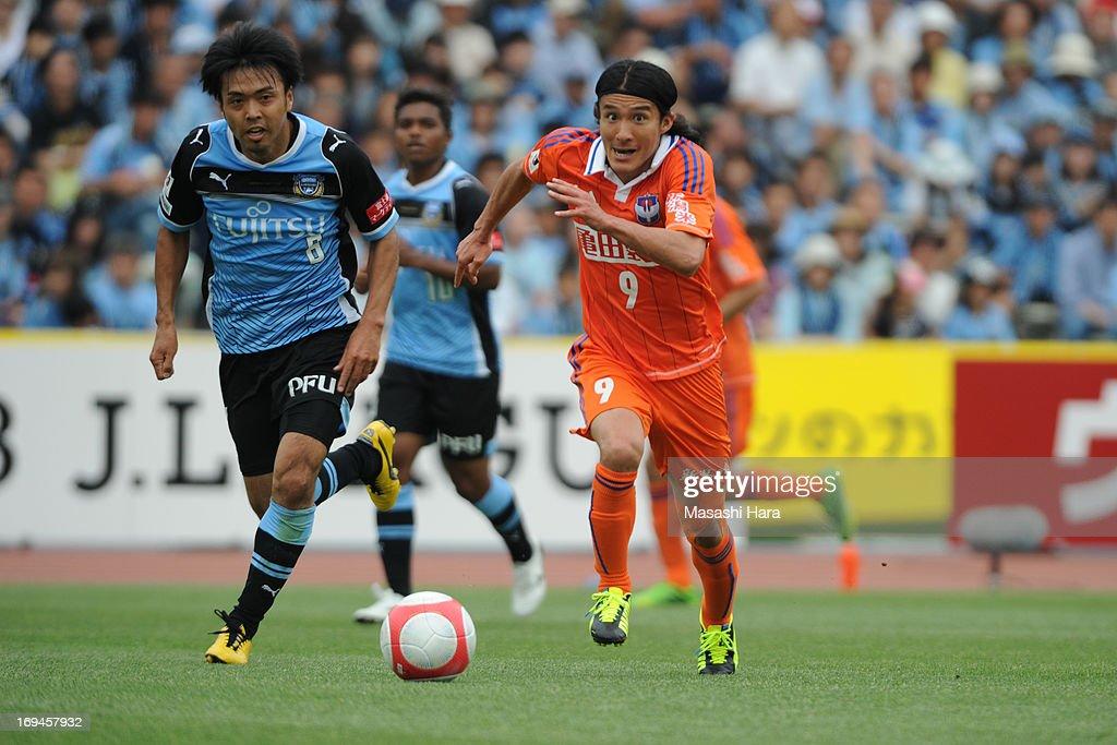 <a gi-track='captionPersonalityLinkClicked' href=/galleries/search?phrase=Tatsuya+Tanaka&family=editorial&specificpeople=1541475 ng-click='$event.stopPropagation()'>Tatsuya Tanaka</a> #9 of Albirex Nigata in action during the J.League match between Kawasaki Frontale and Albirex Niigata at Todoroki Stadium on May 25, 2013 in Kawasaki, Kanagawa, Japan.