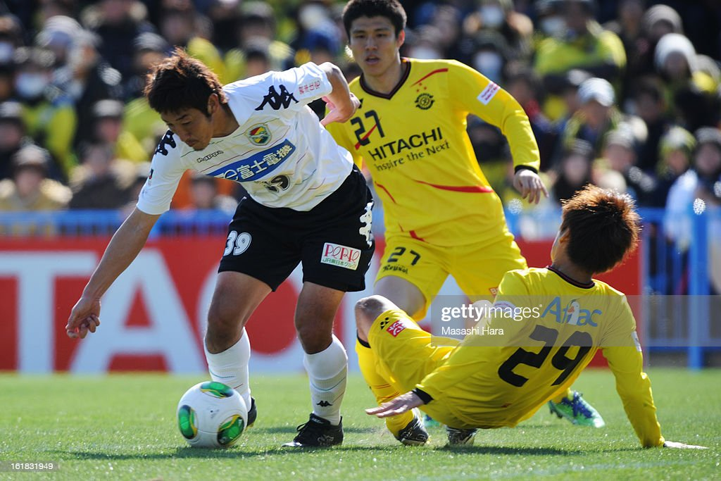 Tatsuya Yazawa #39 of JEF United Chiba (L) and <a gi-track='captionPersonalityLinkClicked' href=/galleries/search?phrase=Hiroyuki+Taniguchi&family=editorial&specificpeople=4023698 ng-click='$event.stopPropagation()'>Hiroyuki Taniguchi</a> #29 of Kashiwa Reysol compete for the ball during the pre season friendly between Kashiwa Reysol and JEF United Chiba at Hitachi Kashiwa Soccer Stadium on February 17, 2013 in Kashiwa, Japan.