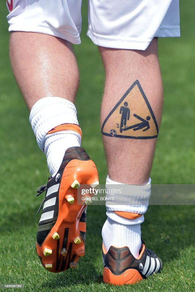 tattoo of AS Roma's midfielder Daniele De Rossi is pictured prior the Italian Serie A football match between Cagliari vs AS Roma on April 6 2014 at...