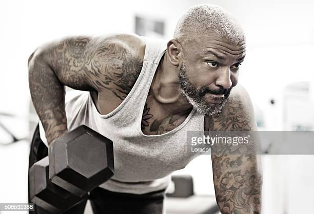 Tatouer milieu âgé barbu Homme noir à une salle de sport