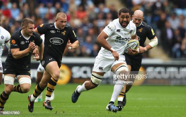 Taulupe Faletau of Bath breaks with the ball during the Aviva Premiership match between Wasps and Bath Rugby at The Ricoh Arena on October 1 2017 in...