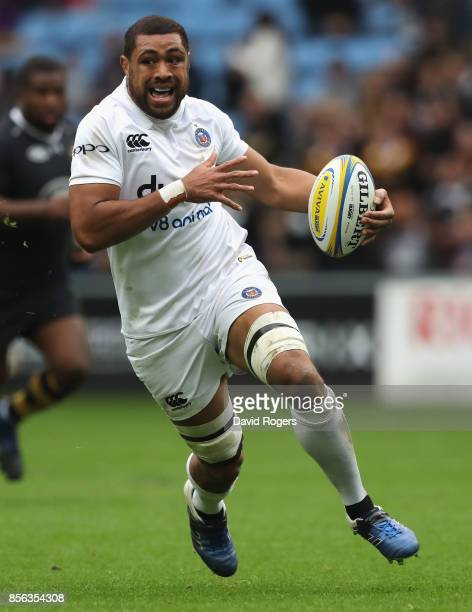 Taulupe Faletau of Bath runs with the ball during the Aviva Premiership match between Wasps and Bath Rugby at The Ricoh Arena on October 1 2017 in...