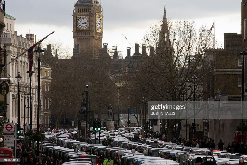 Taxi drivers block Whitehall as they demonstrate in central London on February 10, 2016. Up to 5,000 taxi drivers protested in central London over threats to passenger safety and deregulation / AFP / JUSTIN TALLIS