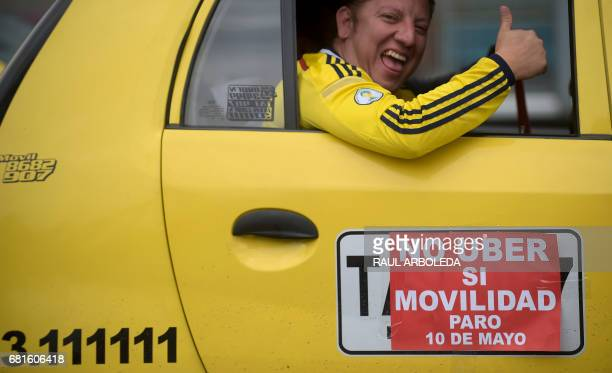 Taxi drivers demonstrate against the competition from rival transport company Uber in Bogota Colombia on May 10 2017 / AFP PHOTO / RAUL ARBOLEDA