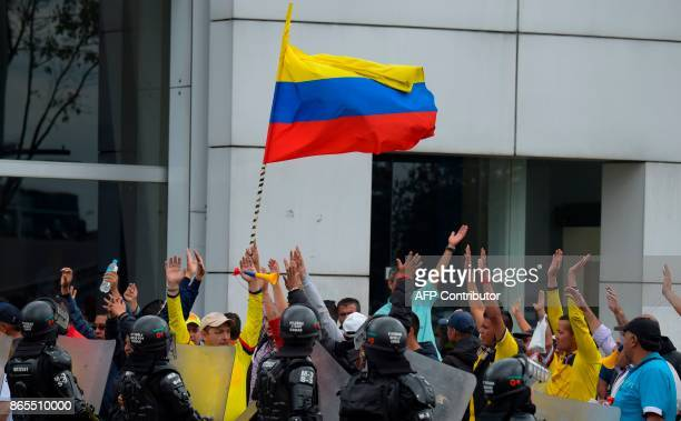 Taxi drivers demonstrate against the private hire company Uber in Bogota on Ocotober 23 2017 / AFP PHOTO / Raul Arboleda