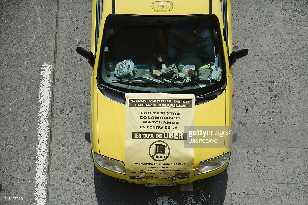 Taxi drivers demonstrate against the ridesharing service Uber, in Cali, Colombia, on June 28, 2016. / AFP / LUIS