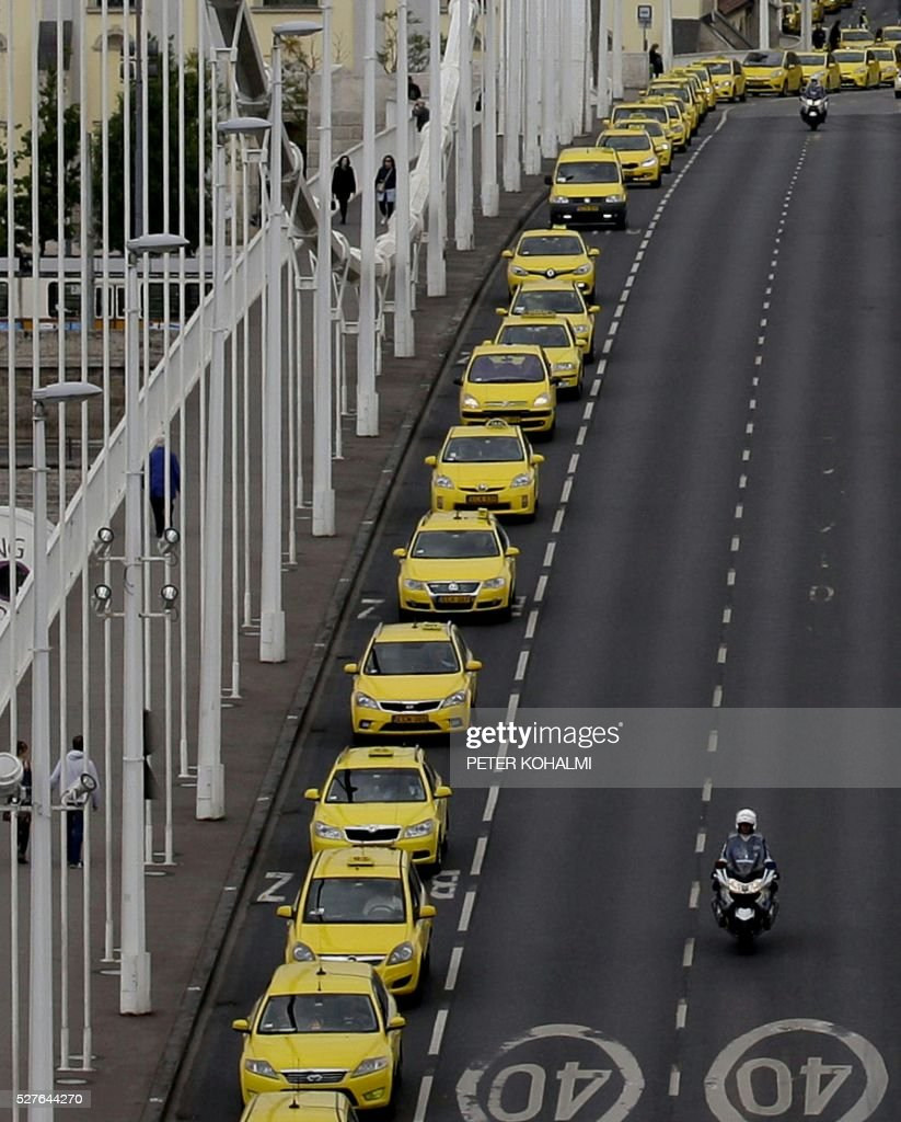 Taxi drivers block the oldest bridge in Budapest, the Chain Bridge (Lanchid), on May 03, 2016. Taxi drivers protest against the illegal taxi providers in the Hungarian capital. / AFP / PETER