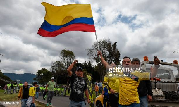 Taxi drivers stage a protest against the private hire company Uber in Bogota on Ocotober 23 2017 / AFP PHOTO / Raul ARBOLEDA