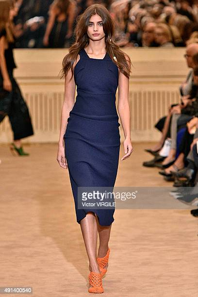 Taylor Hill walks the runway during the Roland Mouret Ready to Wear show as part of the Paris Fashion Week Womenswear Spring/Summer 2016 on October 4...