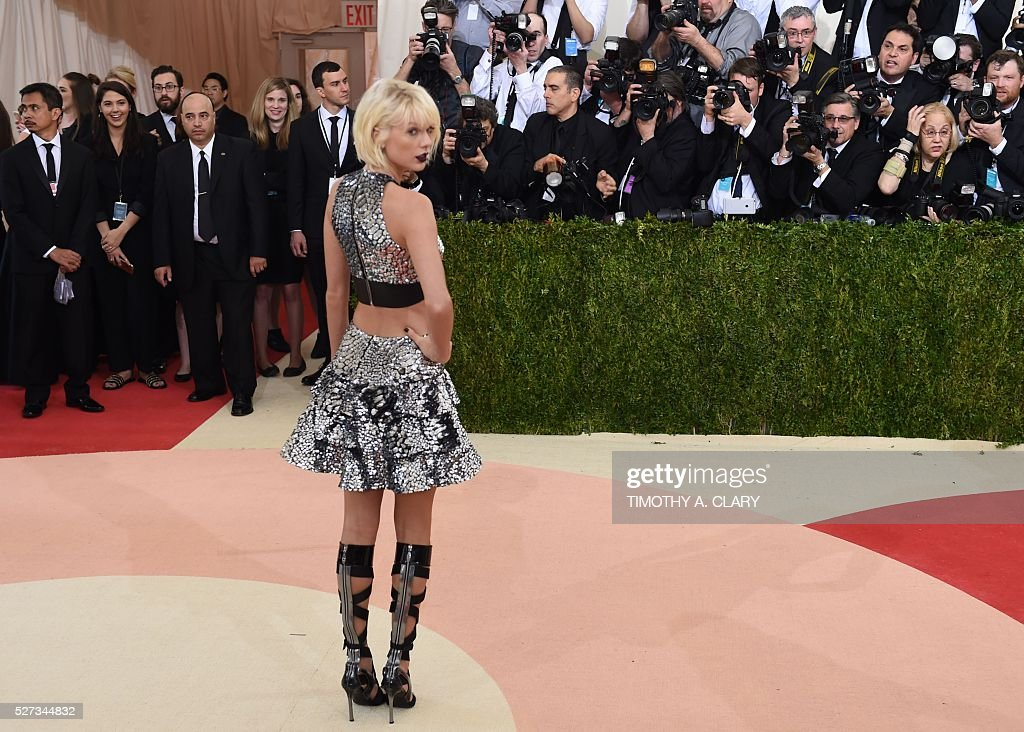 Taylor Swift arrives for the Costume Institute Benefit at the Metropolitan Museum of Art on May 2, 2016 in New York. / AFP / TIMOTHY