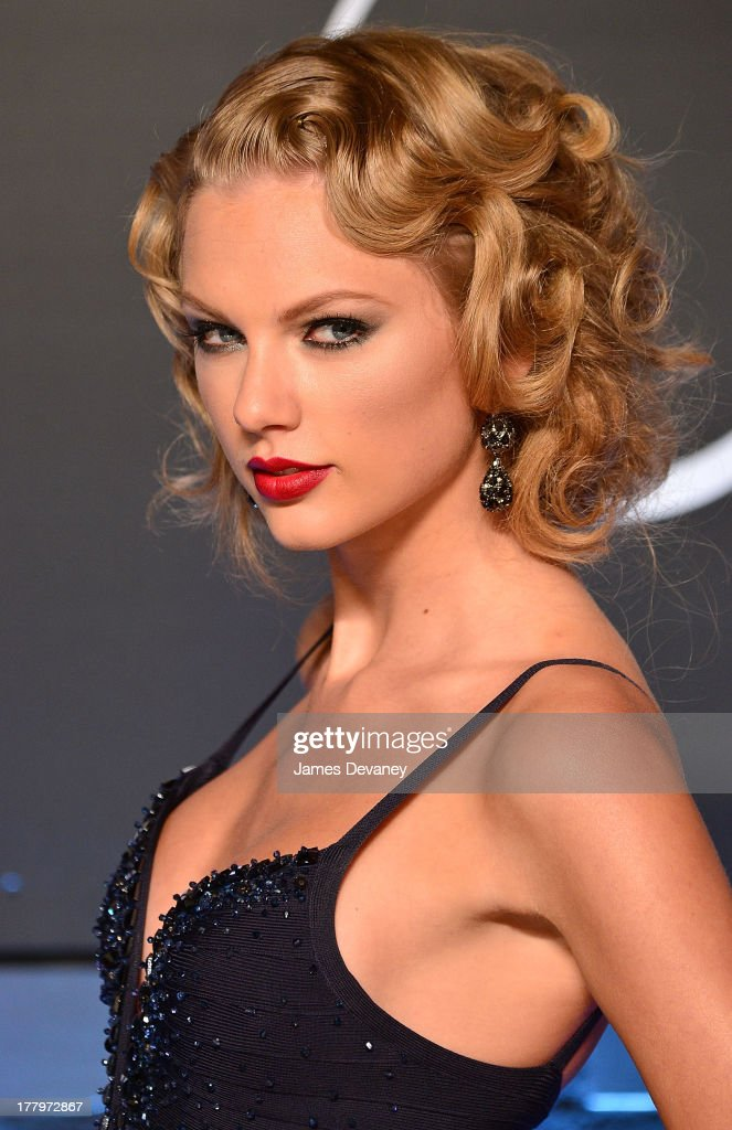 <a gi-track='captionPersonalityLinkClicked' href=/galleries/search?phrase=Taylor+Swift&family=editorial&specificpeople=619504 ng-click='$event.stopPropagation()'>Taylor Swift</a> attends the 2013 MTV Video Music Awards at the Barclays Center on August 25, 2013 in the Brooklyn borough of New York City.