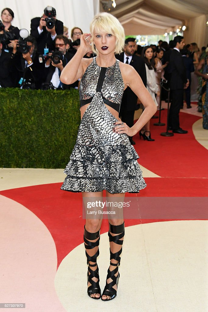 taylor-swift-attends-the-manus-x-machina-fashion-in-an-age-of-gala-picture-id527337970
