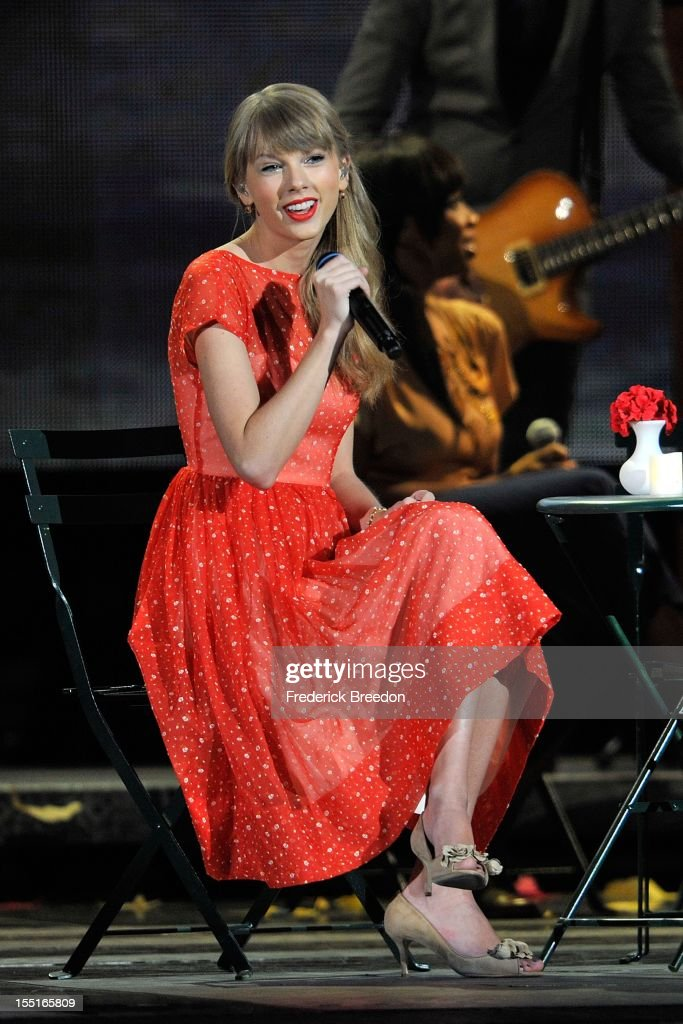 Taylor Swift performs during the 46th annual CMA awards at the Bridgestone Arena on November 1, 2012 in Nashville, Tennessee.