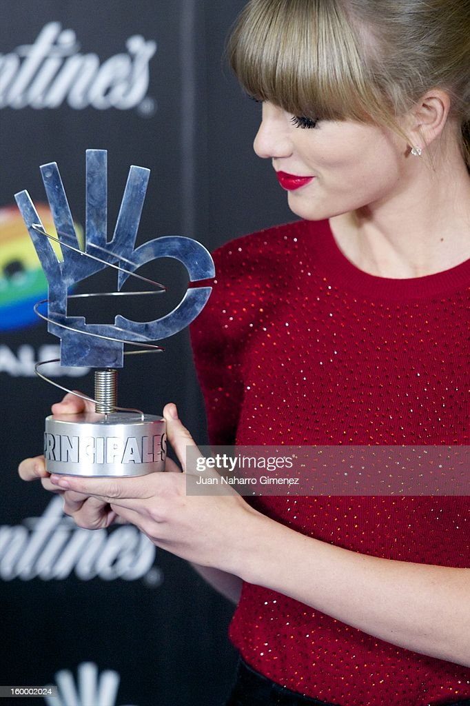 Taylor Swift poses in the press room during 40 Principales Awards 2012 at the Palacio de Deportes on January 24, 2013 in Madrid, Spain.