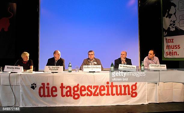 TAZGenossenschaftsversammlung 2004 Podiumsdiskussion im Palais in der Kulturbrauerei in Berlin Bascha Mika Chefredakteurin TAZ Dr Joachim Meinhold...