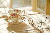 Tazza ed occhiali sul tavolo