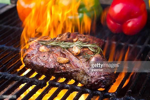 T-Bone Steak e peperoni alla griglia con fiamme