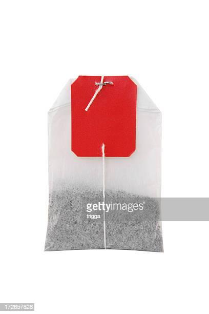 O saco de chá no fundo branco