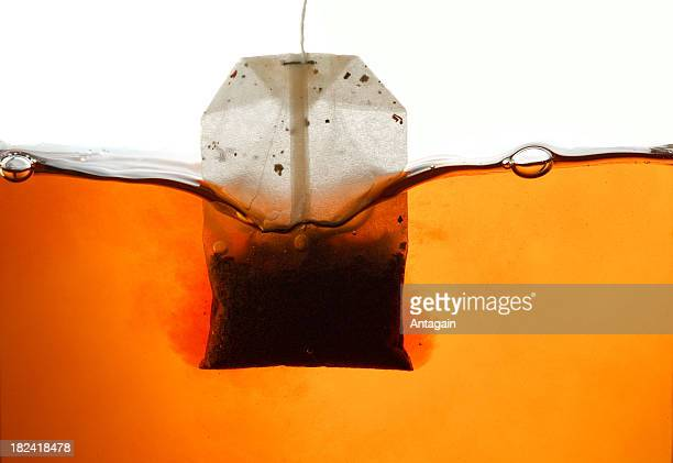 Sachet de thé dans l'eau chaude