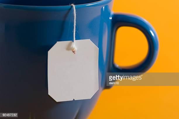 Sachet de thé label accroché à une tasse