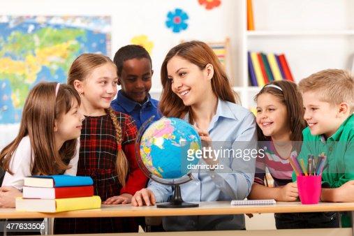Professor e as crianças Olhando Globo de