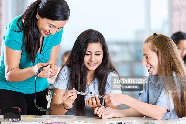 教師と preteen 学生をロボットキットのサイエンスのクラス