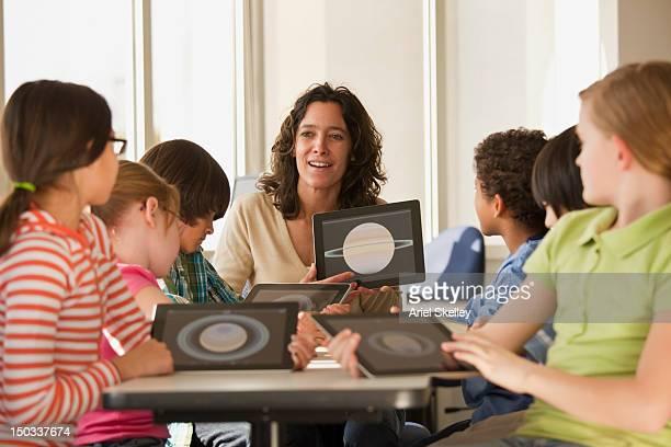 Insegnante e gli studenti utilizzando tablet digitale
