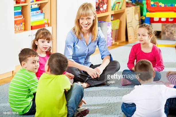 Lehrer mit Kindern zu diskutieren.