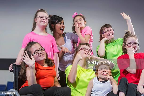 Lehrer, eine Gruppe von besonderen Bedürfnisse Mädchen und jungen Frauen