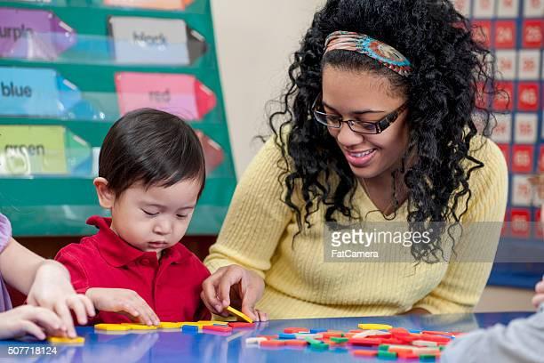 Professeur aider un étudiant avec des travaux manuels